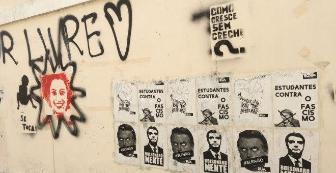 Carteles contra el presidente Bolsonaro en el Campus de Praia Vermelha de la Universidad Federal de Río de Janeiro (UFRJ).   Víctor David López