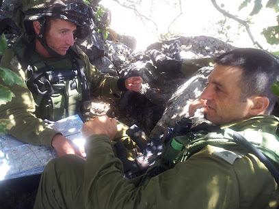 """סא""""ל ברק חירם לשמאלו של מפקד חטיבת גולני יניב עשור בתרגיל (צילום: יואב זיתון )"""