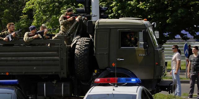 Prorrusos armados cruzan un checkpoint policial camino del aeropuerto de Donetsk en un camión militar. Lunes 26/05/2014. REUTERS/Yannis Behrakis