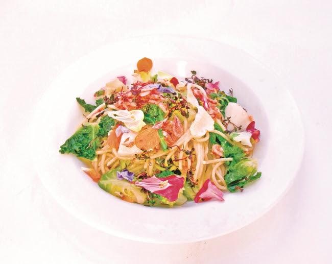 ●麗のお野菜と食用花、 シラスのペペロンチーノ 1,566(税込)