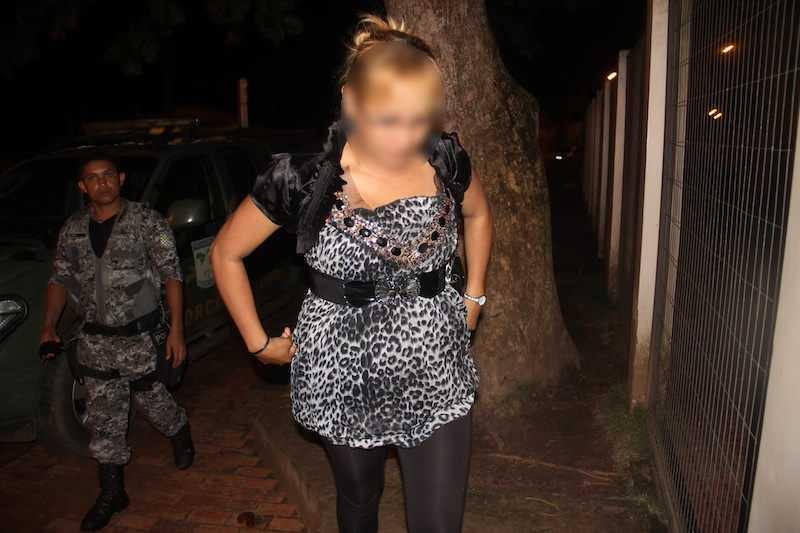 Peruana foi detida sob suspeita de estar com droga dentro do corpo, estava na companhia do transexual - Foto: Alexandre Lima