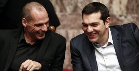 El primer ministro griego, Alexis Tsipras, con su ministro de Finanzas, Yanis Varoufakis, durante una sesión del Parlamento heleno, el pasado miércoles. REUTERS/Alkis Konstantinidis