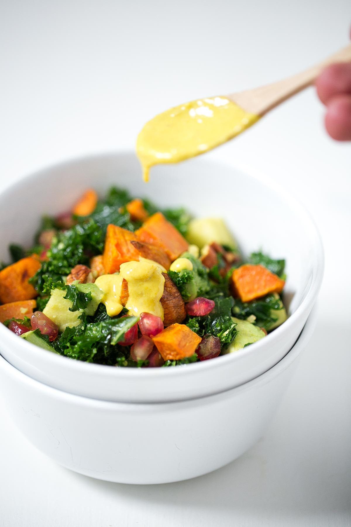 Ensalada de Kale con Aliño de Tahini y Cúrcuma. - Las ensaladas de kale son perfectas para comer fuera de casa porque aguantan muy bien, de hecho están más ricas cuando pasan las horas.