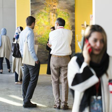 'El arte está casi libre': Irán abre por primera vez una Feria de Arte-Al igual que el valor de la moneda del país cae en picado