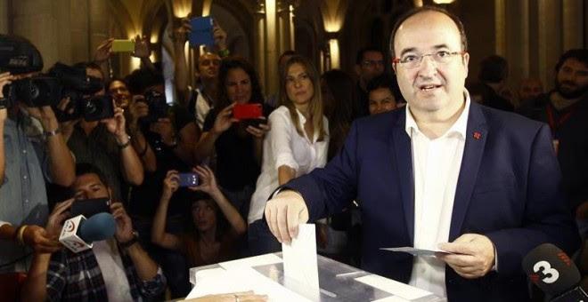 El candidato del PSC a la Generalitat de Cataluña, Miquel Iceta, deposita su voto para las elecciones catalanas del 27S en un colegio electoral de Barcelona. EFE/Quique García