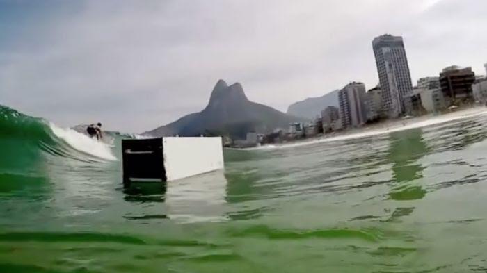 Un réfrigérateur au milieu des surfers