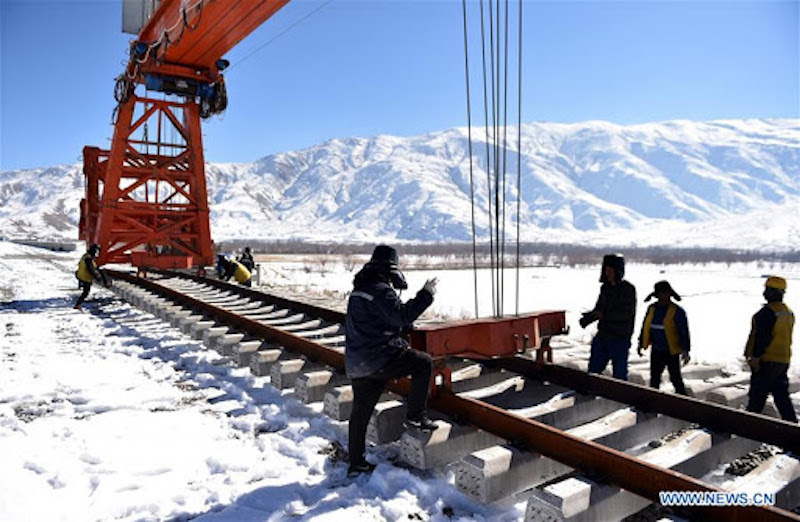Workers along the Sichaun-Tibet railway line (People's Daily Online)