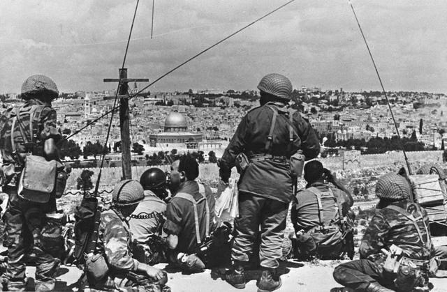 Soldats israéliens face à Jérusalem-Est (1967)