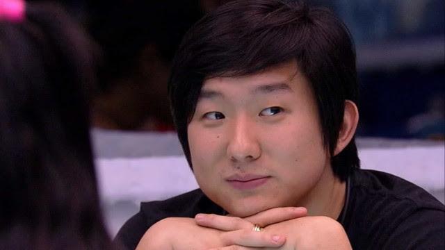 Pyong chama Prior para um cervejinha, e ele aceita: 'Amigos aqui fora'