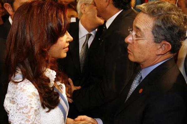Diciembre de 2007. El entonces presidente colombiano Álvaro Uribe asiste a la asunción de Cristina Kirchner. Ella lo recibió con reclamos