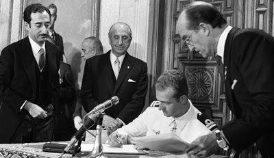 El entonces príncipe Juan Carlos firma su aceptación como sucesor de Franco. -  EFE