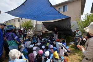 集まった子ども達と保護者を前に「何をするのか」説明する小池常雄プロジェクトリーダー