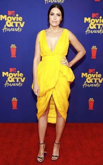 1069625d 1f01 0261 4aec 8b46fedab1ba - Actrices Mandy Moore, Nasim Pedrad y Dixie D'Amelio eligieron Jimmy Choo para los MTV Movie & TV Awards