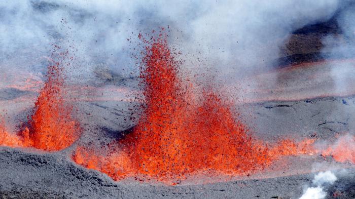 La Réunion : les scientifiques surveillent l'éruption du Piton de la Fournaise