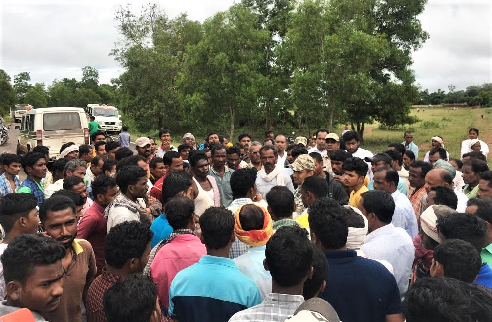 Animists and Hindu extremists mob against Christian burial of Mohan Nag's daughter Suman Nag in Ulnar village, Chhattisgarh state. (Morning Star News)