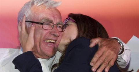 Mónica Oltra besa a Joan Ribó (Compromís), que podría ser el nuevo alcalde de Valencia. / EFE