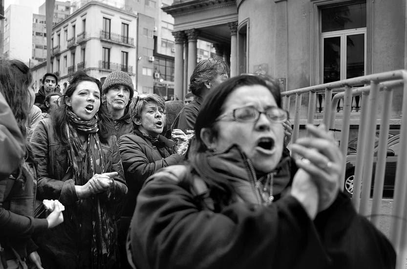 Concentración de ADES Montevideo, ayer, frente al juzgado de Bartolomé Mitre. Foto: Pablo Vignali
