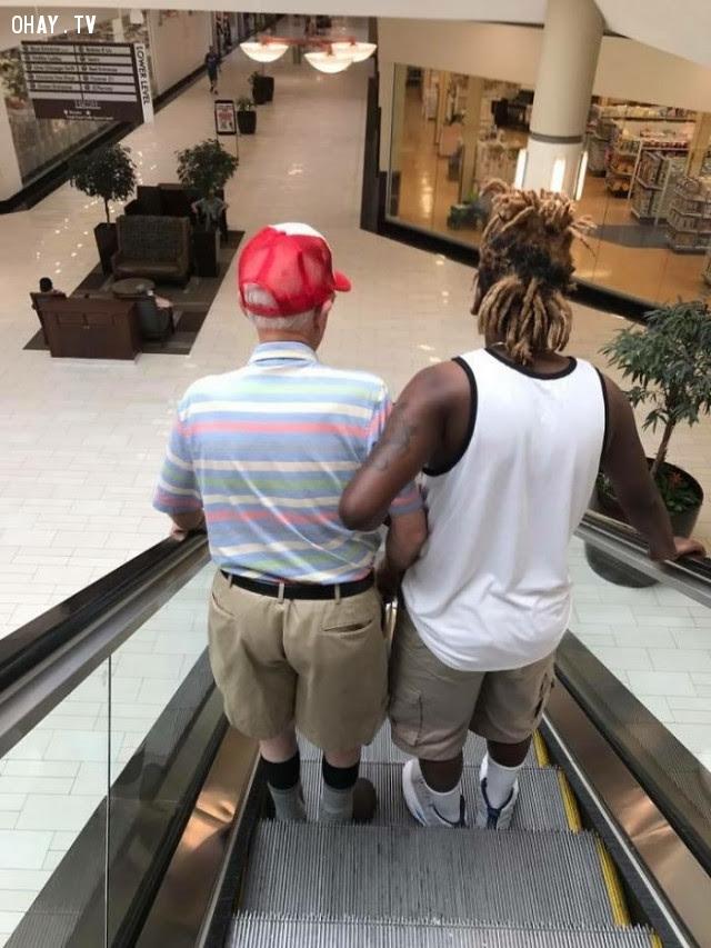 Người thanh niên giúp cụ già đi thang cuốn.,Hoa Kỳ,nước mỹ,lòng nhân ái