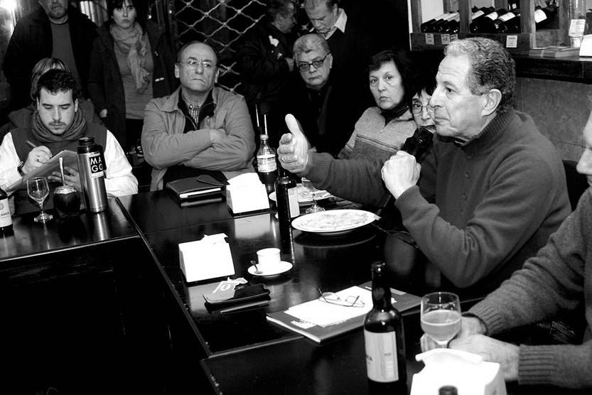 """Roberto Conde (d), en la charla """"La crisis del capitalismo: una mirada desde la izquierda"""", organizada por el grupo MAS FA, el jueves, en el bar Aquí y Ahora. Foto: Pablo Vignali"""