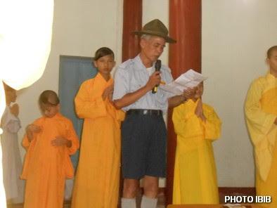 Huynh trưởng Nguyễn Tất Trực đọc Quyết định Viện Hoa Đạo truy phong Cấp Dũng cho Htr Lê Thị Tuyết Mai – Hình PTTPGQT