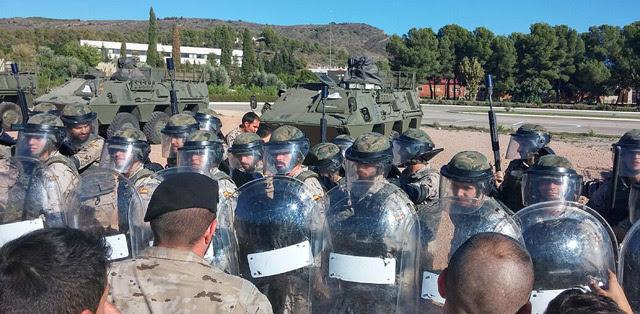Militares con equipos antidisturbios hacen frente a soldados que fingen ser manifestantes, en Marines. PÚBLICO