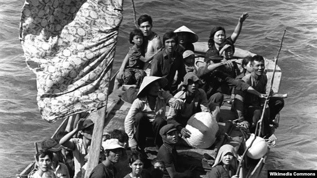 Các thuyền nhân Việt Nam lênh đênh trên biển tìm đường ra nước ngoài.