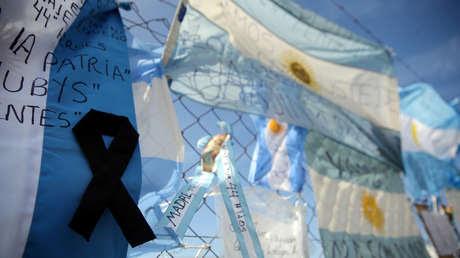 Cinta negra en una bandera de Argentina por los 44 miembros de la tripulación del submarino ARA San Juan.