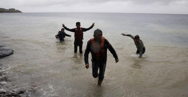 Unos inmigrantes alcanzan la costa./ EUROPA PRESS