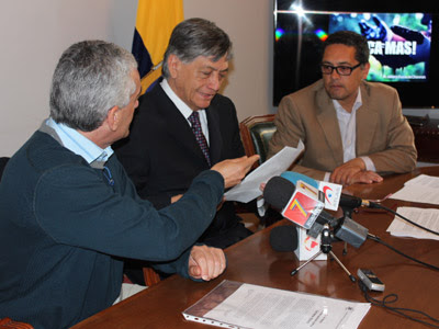 El representante de CEDAEC, Luis Nieto, hace entrega del manifiesto de solidaridad al embajador ecuatoriano en España, Miguel Calahorrano.