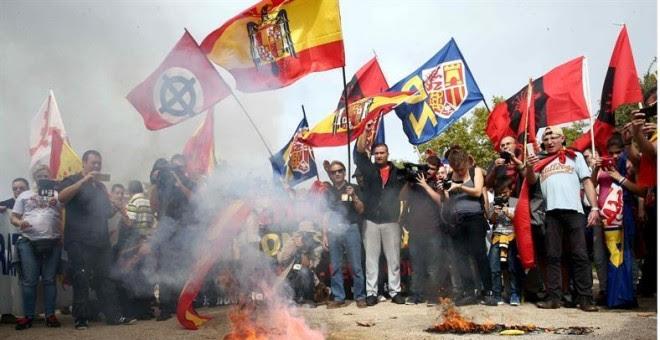 Integrantes de grupos de extrema derecha queman esteladas duante una concentración en la plaza Sant Jordi de Barcelona, en Montjuïc./ EFE