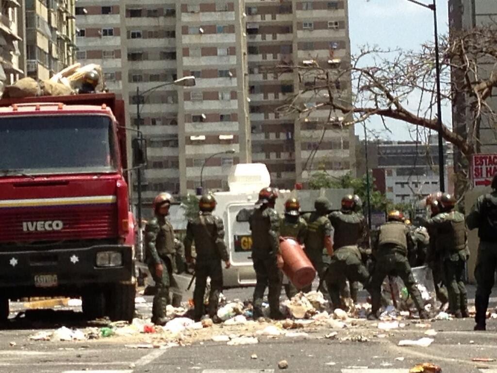 Un sargento de la GNB y un mototaxista fueron asesinados con tiros a la cabeza mientras recogían escombros dejados por grupos vándalos opositores en Los Cortijos.