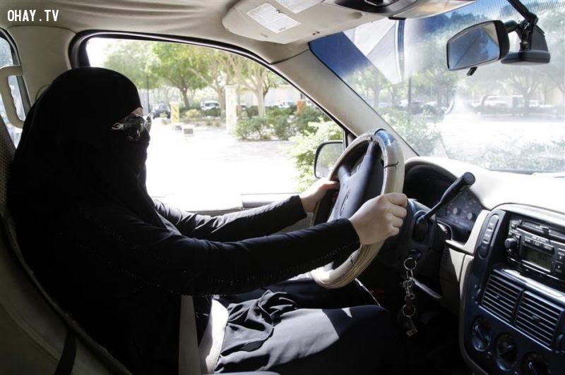 Phụ nữ Ả rập Xê - út không được lái xe