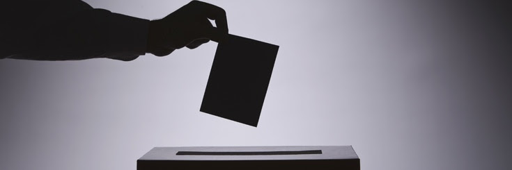 Mano emitiendo un voto.