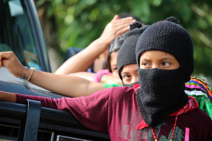 Jovenes y niños se forman y esperan la caravana de apoyo en La