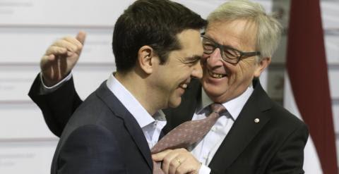 El presidente de la Comisión Europea,  Jean-Claude Juncker, saluda cordialmente al primer ministro griego, Alexis Tsipras, a su llegada a la última reunión de la UE en Riga. REUTERS/Ints Kalnins