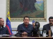 """Rodeado por sus amigos y compañeros, Diosdado Cabello y Nicolás Maduro, el Comandante Chávez entonó la inolvidable canción """"Patria Querida""""."""