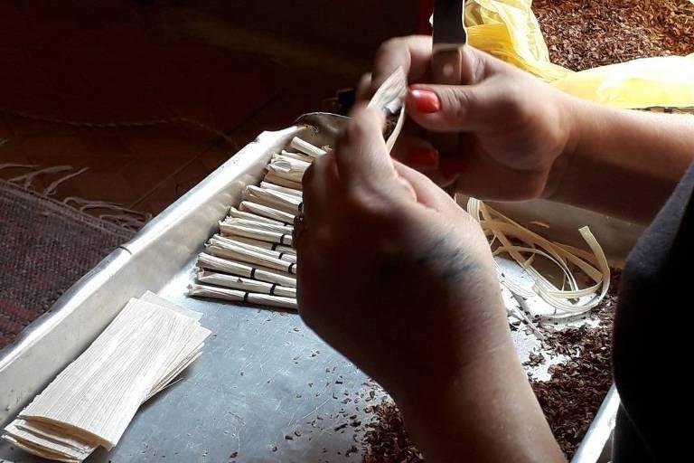 Trabalhadores informais produzem cigarros de palha no interior de Minas Gerais