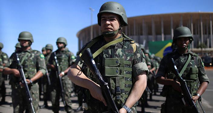 Policías y fuerzas militares de Brasil en el Estadio Mané Garrincha