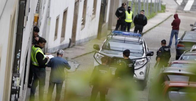 Agentes de la Guardia Civil durante un registro realizado hoy en Santiago de Compostela, en el marco de una operación llevada a cabo contra la Resistencia Galega. EFE/Óscar Corral
