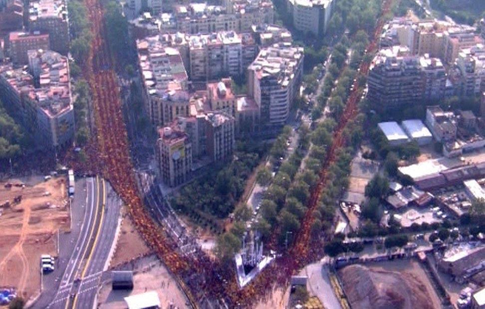 Vista aérea de la V formada por los manifestantes en la Diada.