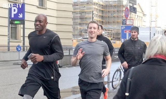 Sau khi bị IS dọa giết, Mark Zuckerberg tăng thêm số vệ sĩ bảo vệ. Hiện tại, có ít nhất 16 vệ sĩ thường xuyên bảo vệ Zuckerberg trong mọi tình huống khẩn cấp. Trong buổi chạy ngày 25.2 tại Berlin Đức, có tới 5 tùy tùng chạy hộ tống ông chủ Facebook.,ông chủ facebook,Mark Zuckerberg,khủng bố is