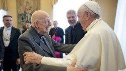 El Papa Francisco junto a Bartolomeo Sorge sj.