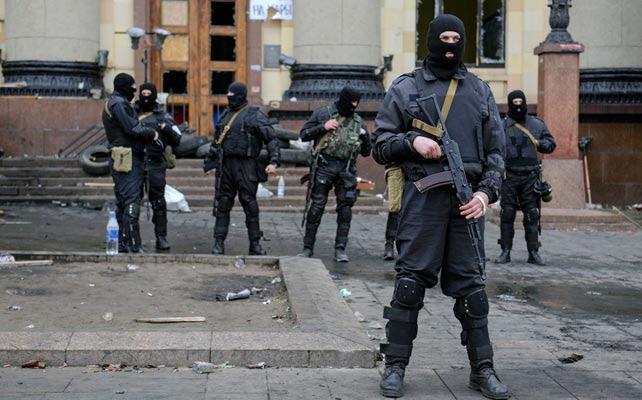 Hombres armados montan guardia en las administraciones regionales de Kharkiv.