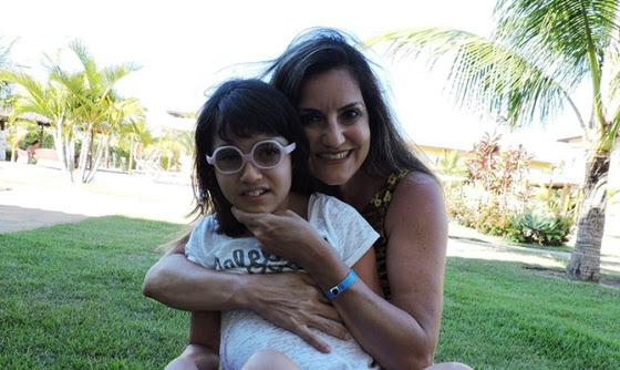 A menina Chiara e sua mãe, Juliana Sartório. A alegria de ralizar uma viagem com acessibilidade.