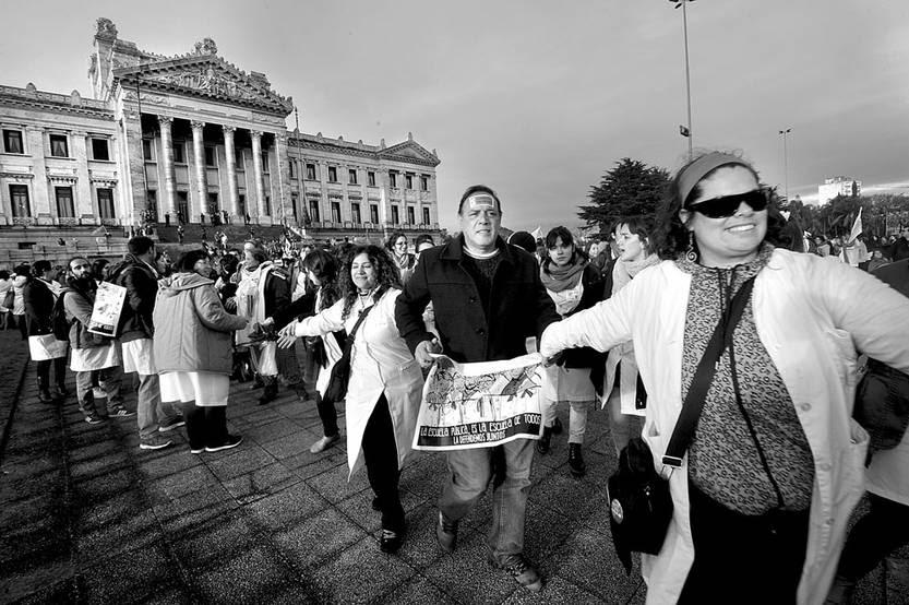 Movilización de maestros, ayer, alrededor del Palacio Legislativo. Foto: Federico Gutiérrez
