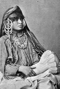 Mulher egípcia com tambor.  1870