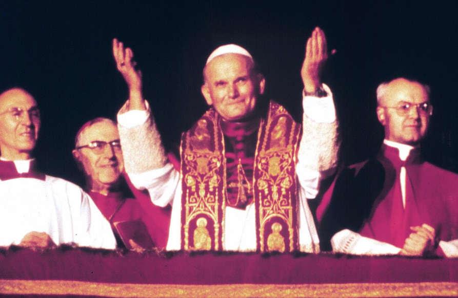 Slajd 1 z 83: Karol Wojtyła tuż po tym, jak został wybrany przez konklawe na papieża.