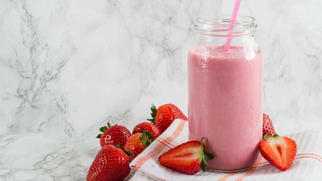 O shake rosa que acaba com a vontade de comer doces e rejuvenesce a pele