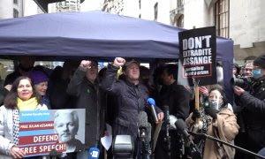Activistas celebran que la Justicia rechace la extradición de Assange