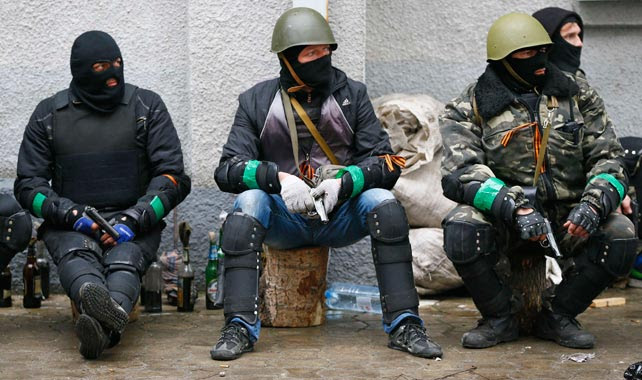 Hombres armadas de los gruops prorrusos montan guardia en Slaviansk.